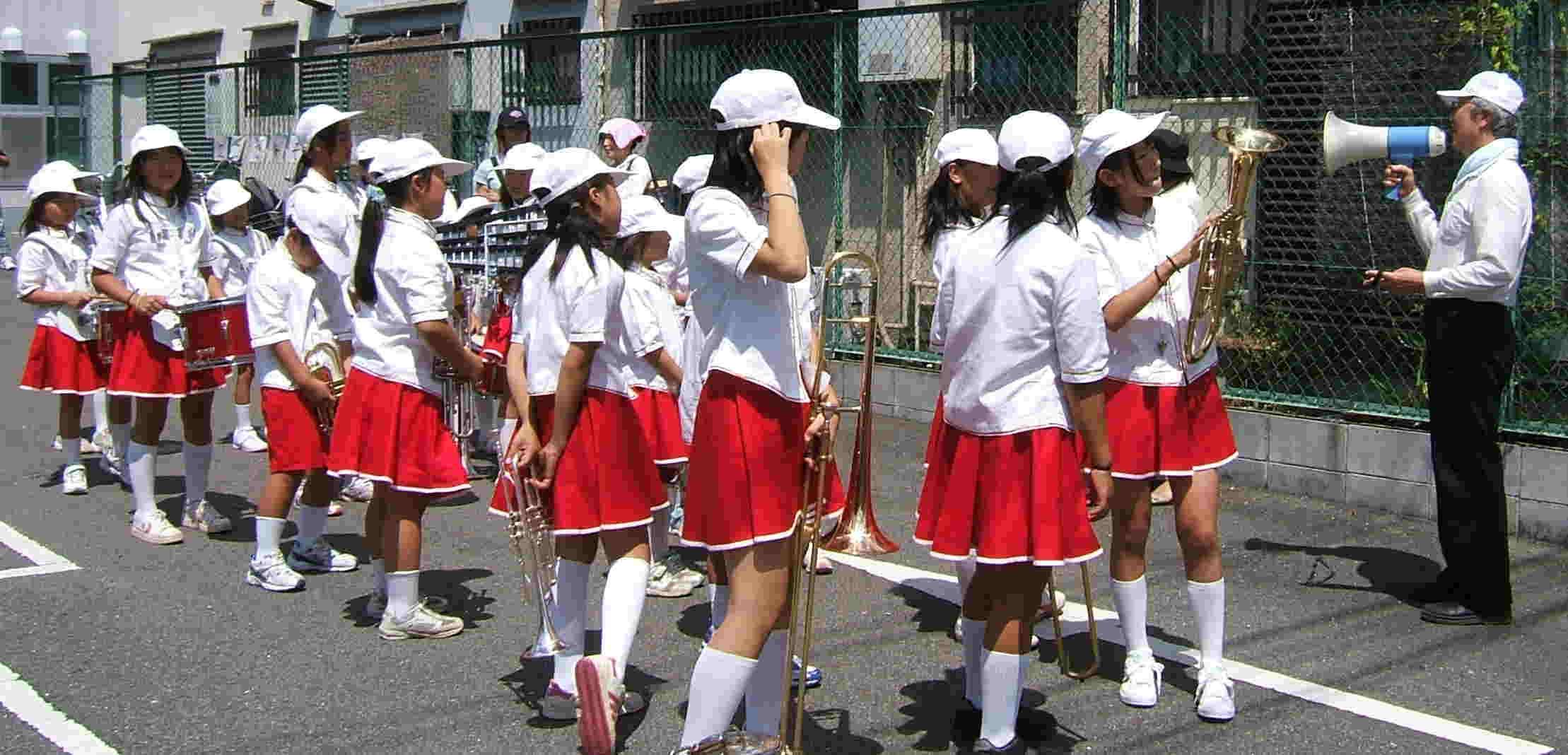小学校 パレード 榎並小学校の校長先生もパレードに参加、最後まで子供達と一緒に汗びっしょりでした。